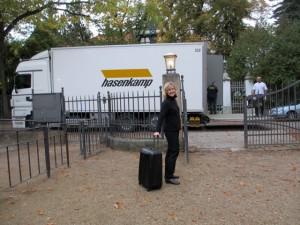 Der Bildertransport und Dr. Julia Klarmann auf dem Weg zum Flughafen