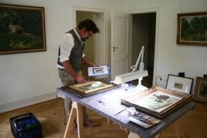 Restaurator Oliver Wenske bereitet die Gemälde-Protokolle für die Reise vor.