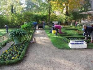 Die ehrenamtlichen Gärtnerinnen bepflanzen die Blumenterrasse