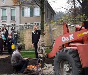 Die Mitarbeiter der Gartenbaufirma Käding richten den Baum aus.