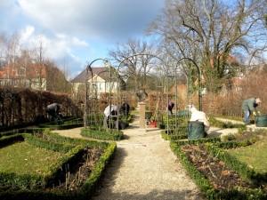 Ehrenamtliche Gärtnerinnen und Gärtner beim Frühjahrsputz im Rosengarten
