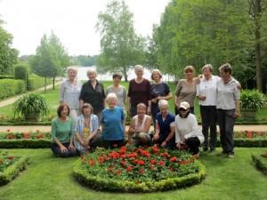 Das ehrenamtliche Gartenteam und Gärternmeisterin Kirsten Plathof vor der Geranienpracht
