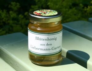 Der abgefüllte Blütenhonig aus dem Liebermann-Garten
