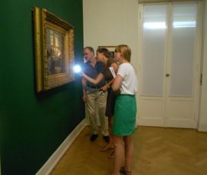 Restauratorin Grit Jehmlich begutachtet zusammen mit der Museumskurierin ein Gemälde vor dem Abtransport.