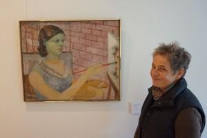"""Gärtnermeisterin Kirsten Plathof neben der """"Malerin"""" von Charlotte Berend-Corinth"""