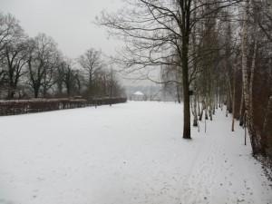 Der große Rasen hinter der Liebmann-Villa unter einer Schneedecke