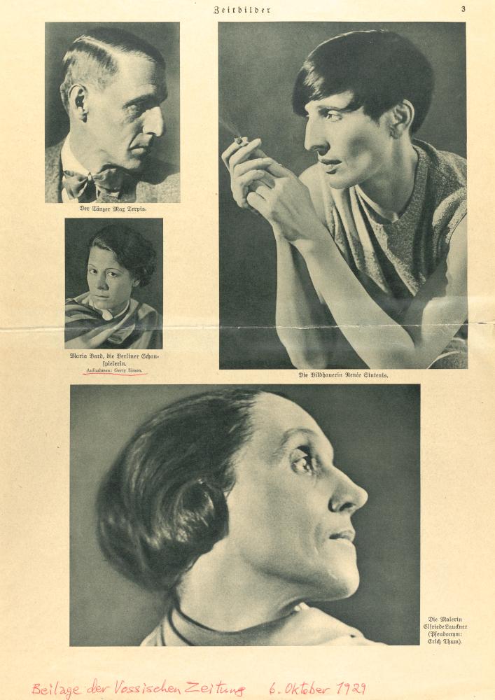 Vergilbter Zeitungsausschnitt von 1929 mit vier Schwarzweißporträts, die Gerty Simon angefertigt hat. Zu sehen sind drei Frauenporträts und ein Männerporträt. Unten ist nachträglich mit rotem Stift die Quelle auf den Ausschnitt geschrieben wurden.