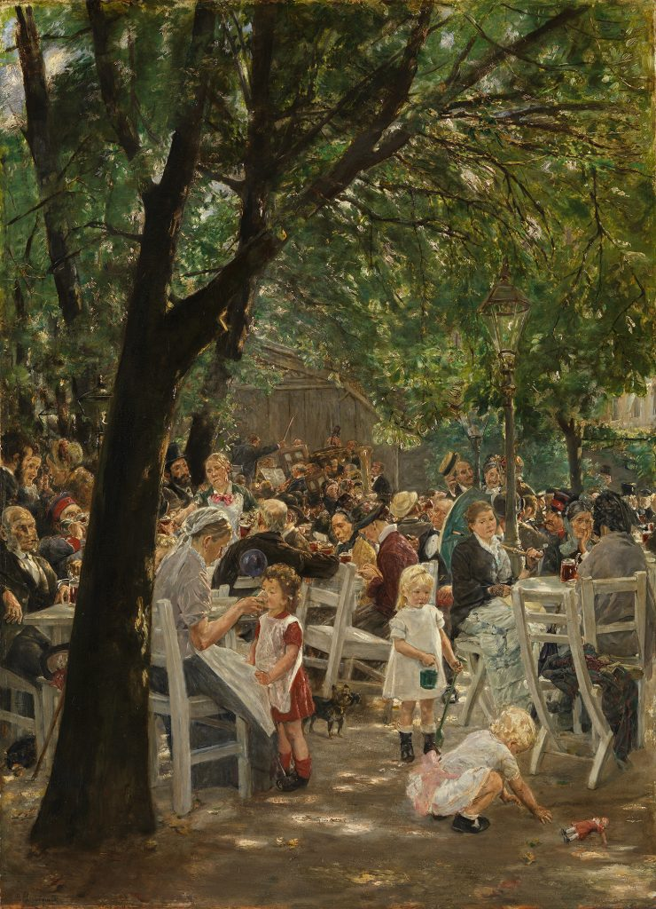 Eine volle Szene im einem begrünten Biergarten. Viele Menschen aller Altersklassen sitzen an den Tischen, Kinder spielen im Vordergrund des Gemäldes. Im Hintergrund spielt ein Orchester.