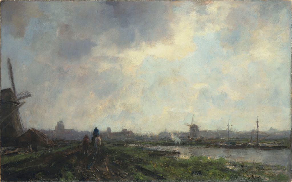 Eine holländische Landschaft mit Mühle links im Bild, grüne und braune Ackerfläche, und rechts ein schmaler Fluss. Auf dem Acker reitet eine Figur auf einem weißen Pferd, links neben ihr geht eine weitere Figur. Im Hintergrund sind weitere Gebäude und eine Mühl zu erkennen. Fast ein drei viertel des Gemäldes machen den bewölkten Himmel aus.