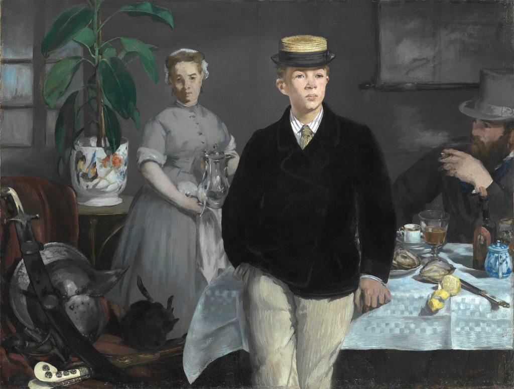 Gemälde von Édouard Manet, drei Personen befinden sich in einem Raum. Im Vordergrund steht ein junger Mann mit schwarzem Jackett. Er lehnt sich an einen gedeckten Tisch. Links neben dem Tisch steht eine junge Frau mit grauer bediensteten Kleidung. Sie hält eine Glaskaraffe. Hinter dem Tisch sitzt ein rauchender Mann mit Zylinder.